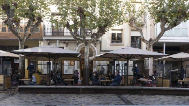 Varias personas en la terraza de un en Logroño (La Rioja).