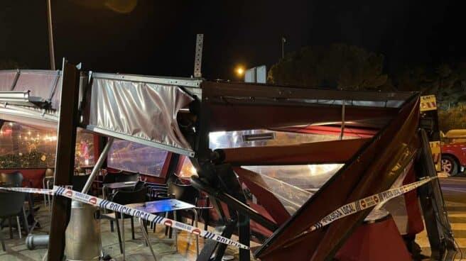 Daños en una terraza de MAjadahonda después de que se haya estampado un vehículo.