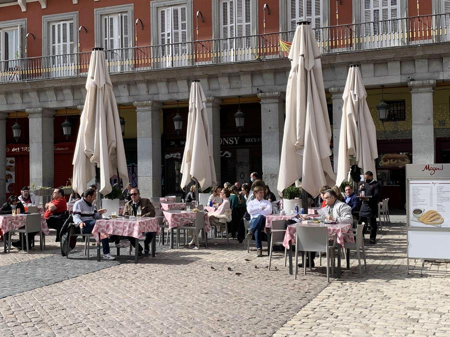 Turistas en las terrazas de la Plaza Mayor de Madrid, el pasado 26 de febrero.