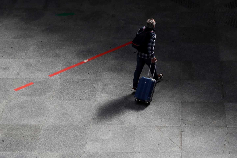 Un viajero en la estación de Atocha de Madrid.