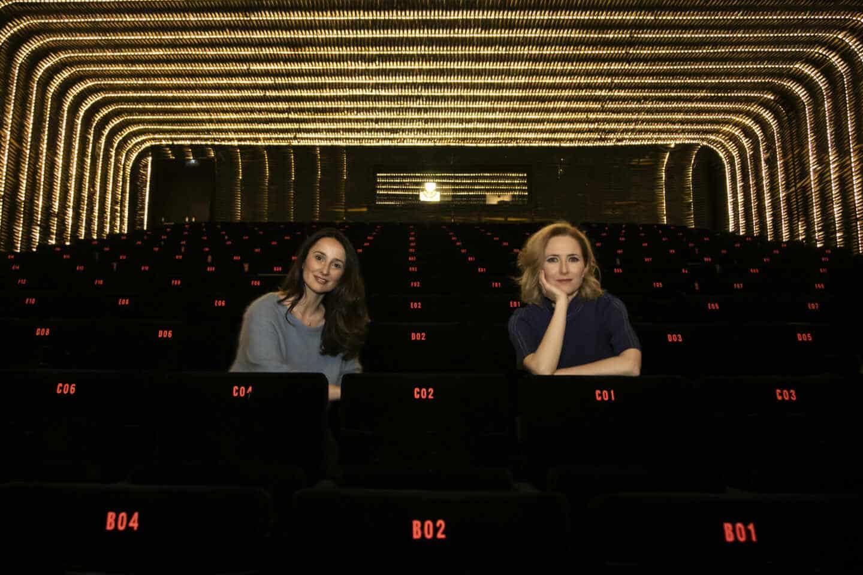 Marisa Fernández (izq) y María del Puy Alvarado, las dos productoras españolas que optarán al Oscar por 'El agente topo'.