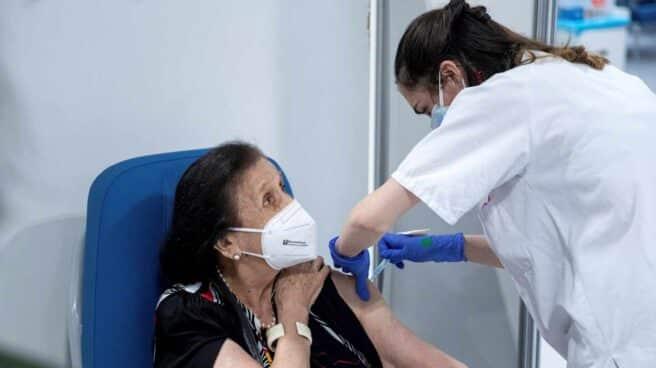 Una mujer recibe la vacuna del coronavirus en Madrid.