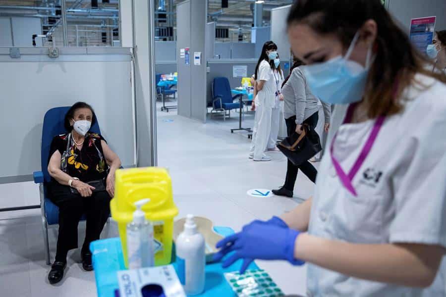 Una enfermera vacuna a una mujer en el Hospital Enfermera Isabel Zendal, en Madrid.