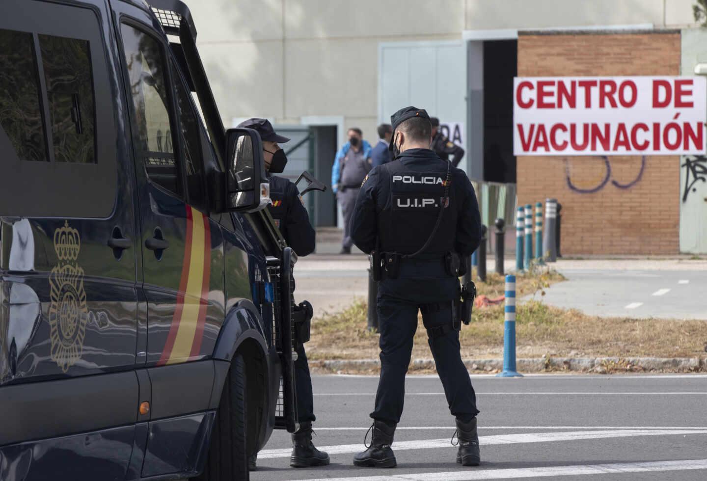 Policías nacionales, acudiendo a vacunarse el pasado 3 de marzo en Sevilla.