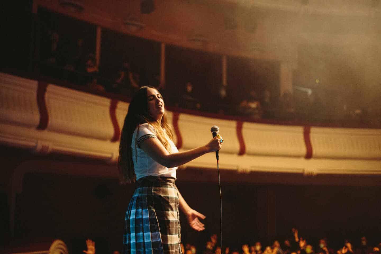 Paula Ribó con su uniforme escolar en una de sus actuaciones.