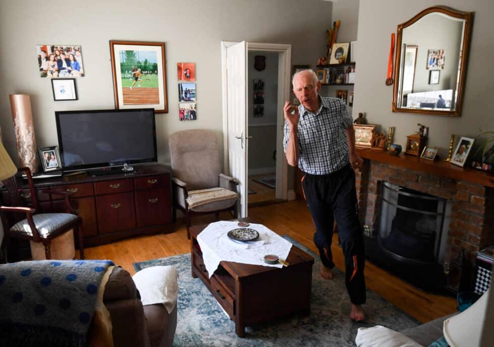 El atleta Pat Naughton, de 87 años entrena, en su casa en Nenagh, Tipperary, durante el confinamiento por el coronavirus Segundo premio en Deportes.