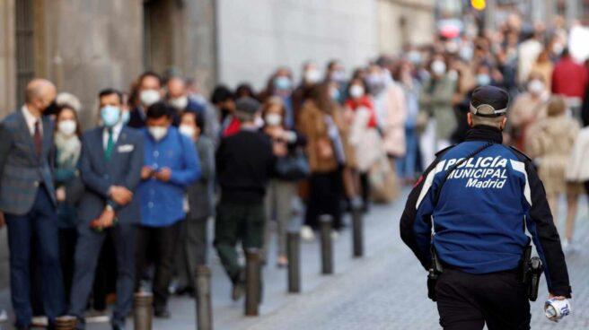 Devotos esperan para acceder a la Basílica Pontificia de San Miguel, el Jueves Santo en Madrid.