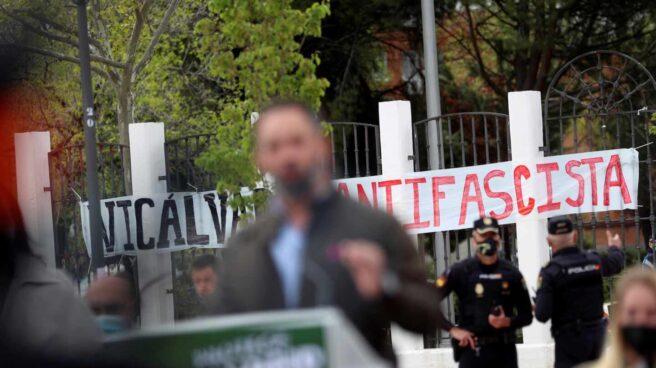 Vista de una pancarta durante la intervención del presidente de Vox, Santiago Abascal,en un acto de precampaña en Vicálvaro.
