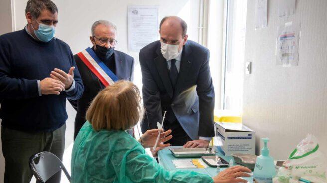 Jean Castex , primer ministro de Francia, visita un centro de vacunación.
