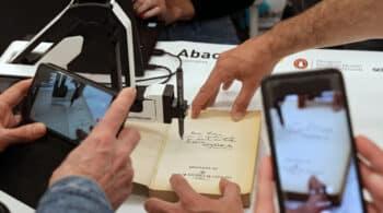 Un brazo robótico: la nueva forma de firmar y dedicar un libro por Sant Jordi