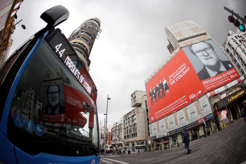 Un cartel electoral gigante del candidato del PSOE a la Presidencia de la Comunidad de Madrid, Ángel Gabilondo