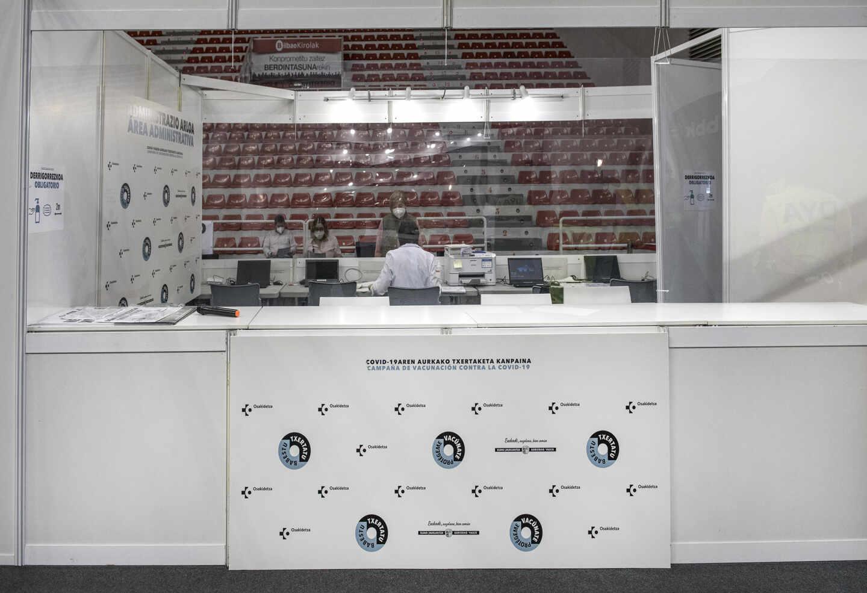 Complejo de vacunación instalado en el Pabellón de La Casilla de Bilbao.