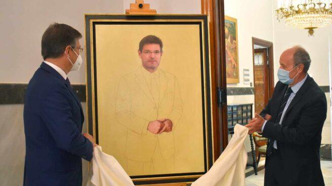 El exministro Catalá descubre su retrato oficial en la galería de los ministros junto a Juan Carlos Campo.