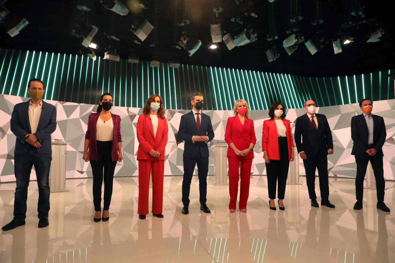 Los candidatos a la presidencia de la Comunidad de Madrid acompañados por los periodistas María Rey (4d) y Miguel Ondarreta (4i), antes del inicio del debate que se celebra hoy miércoles en los estudios de Telemadrid