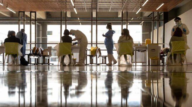 Sanitarios realizan un cribado masivo en la Universidad Autónoma de Barcelona.