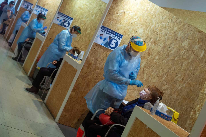Varios trabajadores sanitarios realizan una prueba PCR en Galicia.