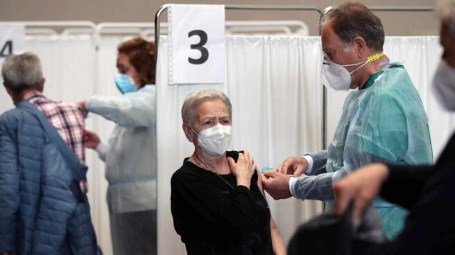 Enfermeros jubilados voluntarios vacunan en el Palacio de Deportes de Gijón.