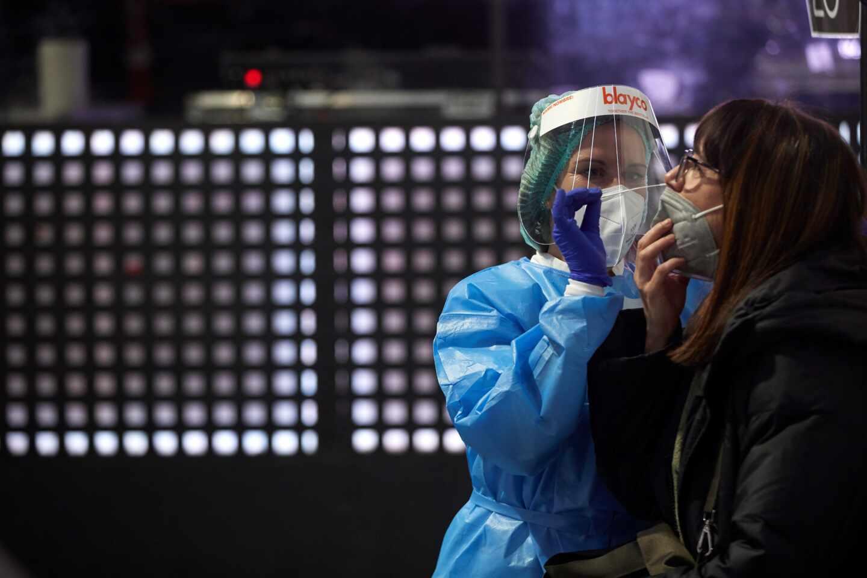Una sanitaria realiza un test de antígenos.