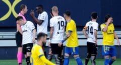 El Valencia abandona unos minutos su partido contra el Cádiz por supuesto racismo hacia Diakhaby