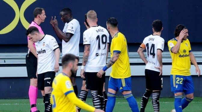 El Valencia abandona unos minutos su partido de La Liga por supuesto racismo contra uno de sus futbolistas