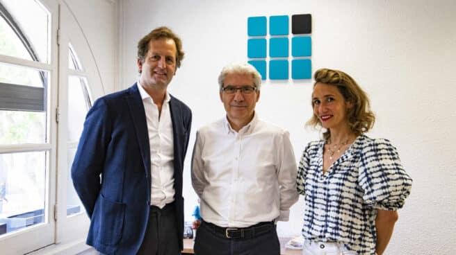 El director de El Independiente, Casimiro García-Abadillo, con Antonio Mañas y Paula Morera, de StyleLovely