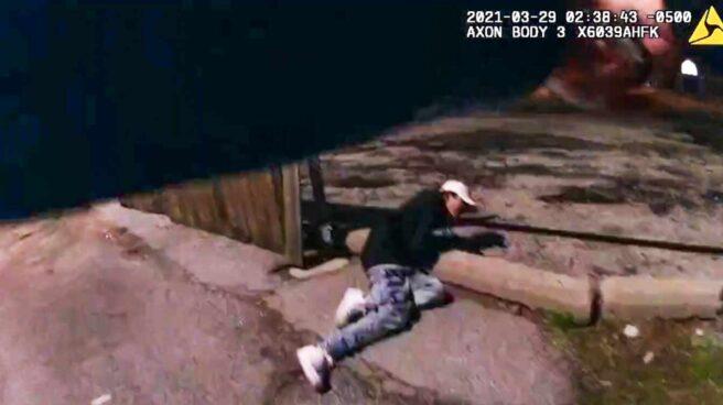 El joven Adam Toledo yace en el suelo tras recibir los disparos del agente en La Villita, Chicago