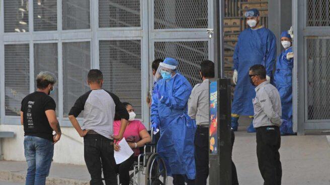 Varias personas, junto a sanitarios, en un hospital en Ciudad Juárez