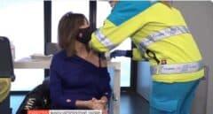 Ana Rosa Quintana se vacuna con AstraZeneca en directo
