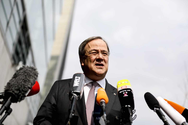 Armin Laschet, líder de la CDU, habla con los periodistas ante la sede del partido en Berlín