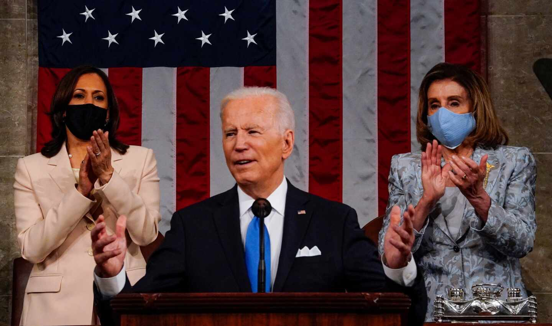 Joe Biden, flanqueado por la vicepresidenta, Kamala Harris, y la presidenta de la Cámara de Representantes, Nancy Pelosi
