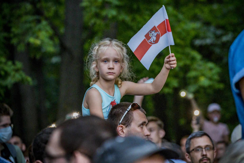 Una niña bielorrusa ondea una bandera símbolo del apoyo a la opositora Tijanovskaya