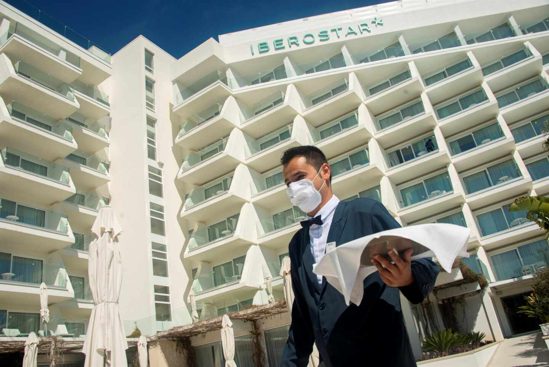 Un camarero en el hotel Iberostar Selection Playa de Palma de Mallorca.