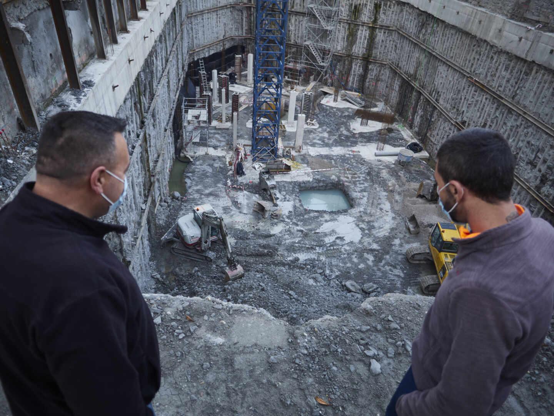 Varios trabajadores de la construcción miran una obra en Pamplona en abril de 2020.