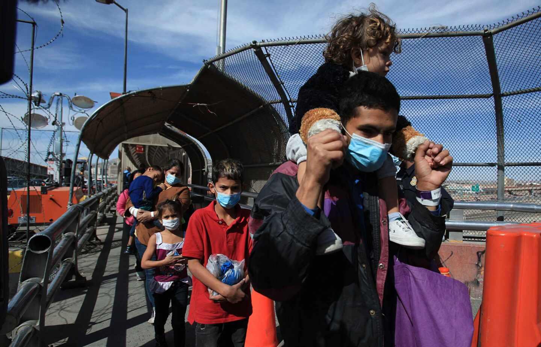 Un grupo de migrantes regresa a México desde la frontera con Estados Unidos