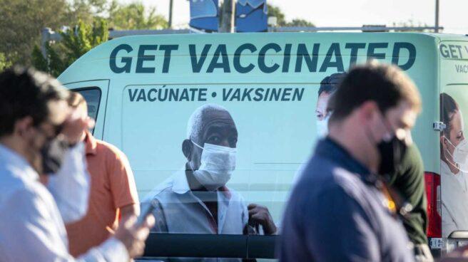 Un grupo de personas espera su turno para recibir la vacuna en Florida