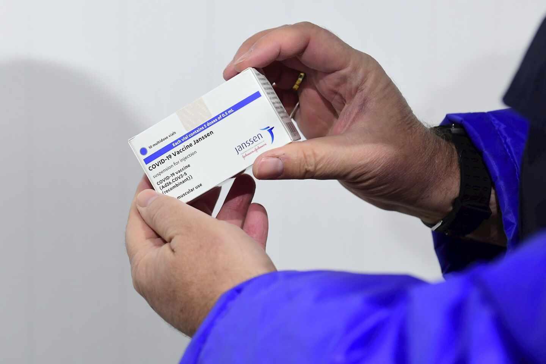 Una persona sujeta una caja de la vacuna de Janssen contra el Covid