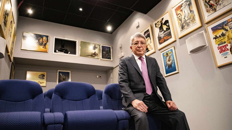 Enrique Cerezo posa para El Independiente en una sala de proyección que tiene en la sede de Flixolé