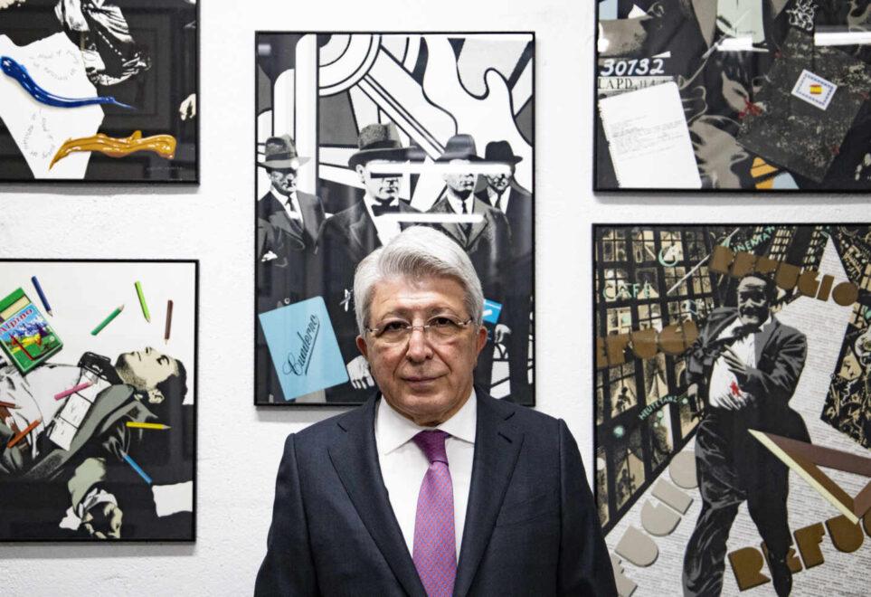 Enrique Cerezo posa para El Independiente delante de una colección de cuadros de Equipo Crónica