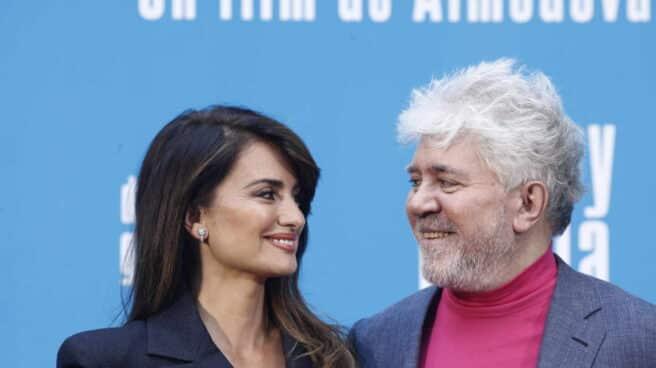 La actriz Penélope Cruz y el director de la película, Pedro Almodóvar, en el photocall de 'Dolor y gloria'.
