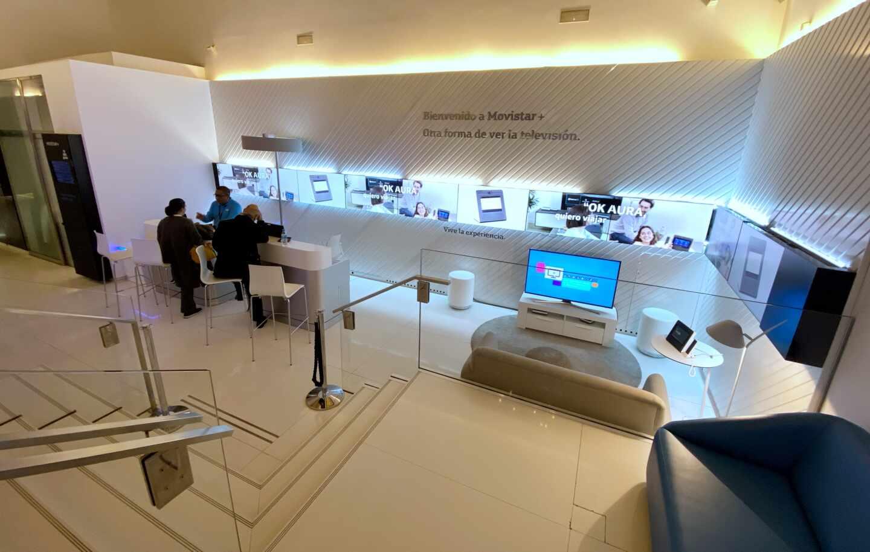 Interior de una tienda de la compañía telefónica Movistar.