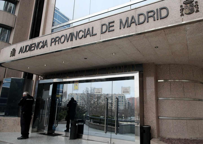 Un agente de la Policía Nacional junto a la puerta principal de la Audiencia Provincial de Madrid