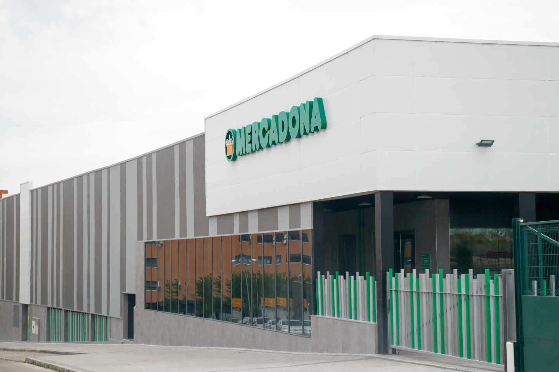 Supermercado de Mercadona abierto durante la pandemia del coronavirus en España