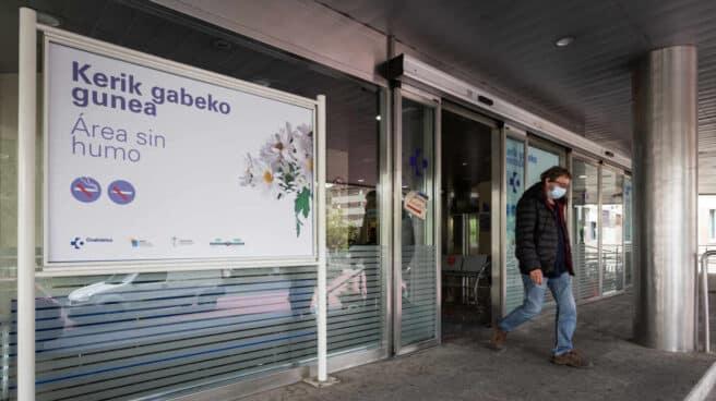 Un hombre sale del Hospital de Txagorritxu (Vitoria)