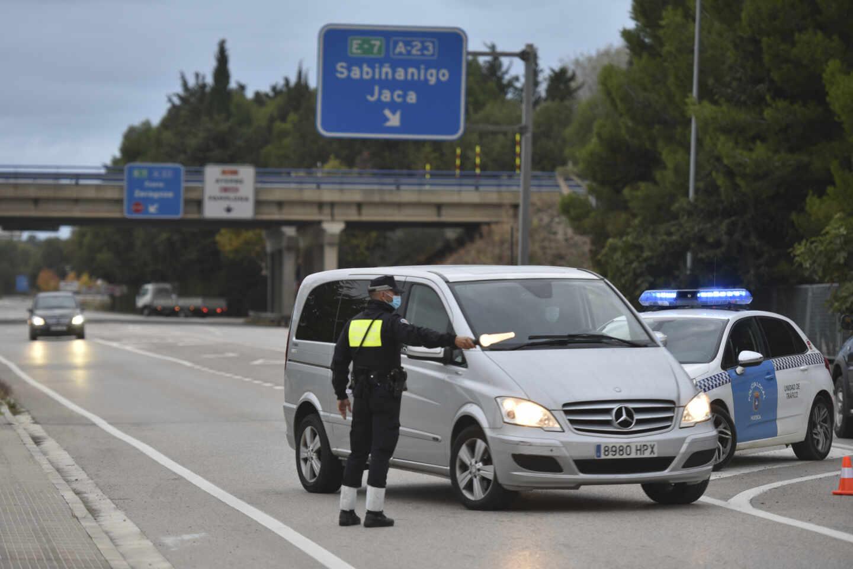 Un agente de la Policía de Huesca realiza controles de entradas y salidas a la ciudad, en una imagen de archivo.