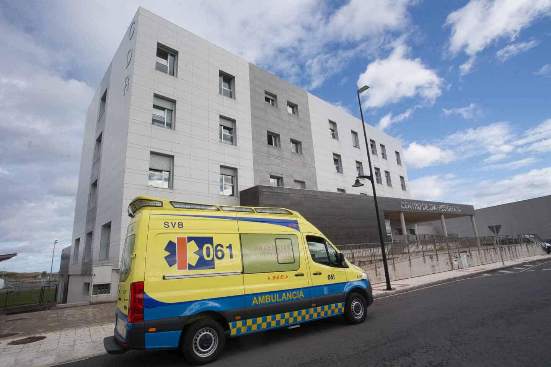 Una ambulancia acude a la residencia de ancianos de San Cibrao, Lugo.