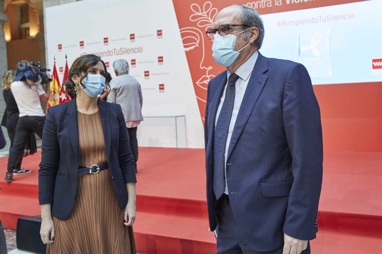 La presidenta de la Comunidad de Madrid, Isabel Díaz Ayuso, y el portavoz del PSOE en la Asamblea de Madrid, Ángel Gabilondo.