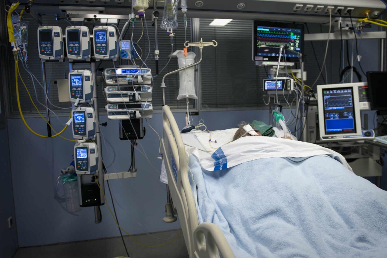Un paciente ingresado en la Unidad de Cuidados Intensivos (UCI) para enfermos de coronavirus del Hospital Universitario Dr. Josep Trueta de Girona, en Cataluña.