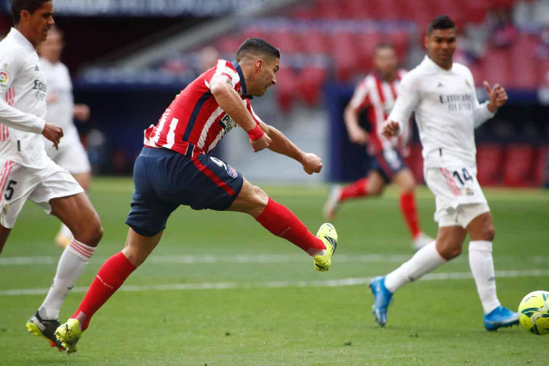Luis Suárez remata un disparo en el partido del Atlético-Real Madrid disputado en el Wanda Metropolitano
