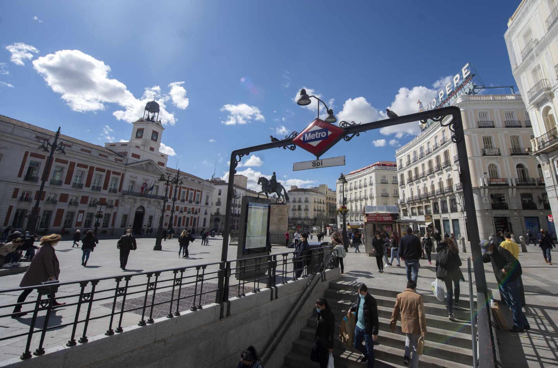 Transeúntes caminan cerca de la estación de metro de Sol, en la Puerta del Sol, Madrid,