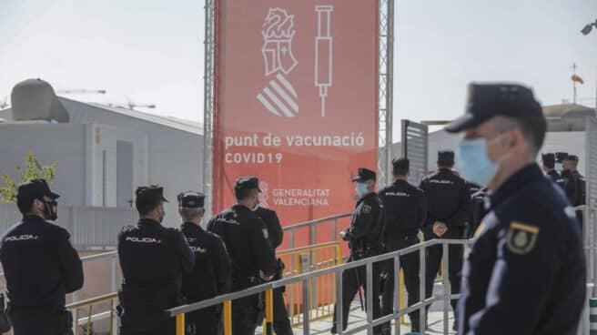 Varios policías nacionales acuden a recibir la primera dosis de la vacuna de AstraZeneca en el Hospital la Fe, en Valencia